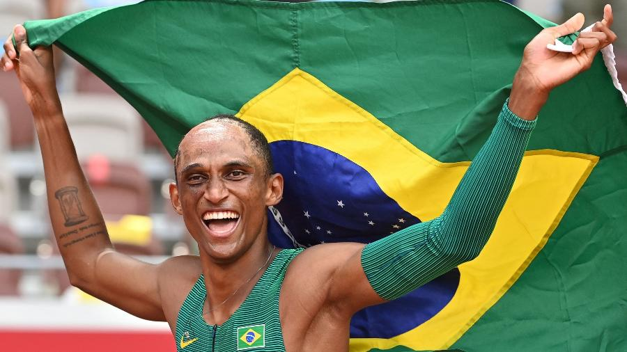 Alison dos Santos comemora após conquistar o bronze nos 400m com barreiras - Andrej ISAKOVIC / AFP