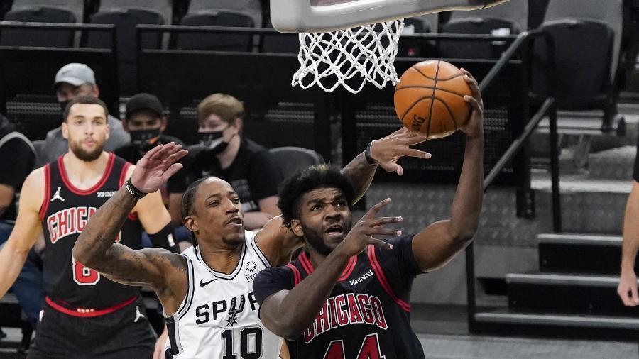 DeMar DeRozan, então jogador do San Antonio Spurs, tenta dar o toco em Patrick Williams, do Chicago Bulls, em jogo da NBA - Scott Wachter/USA TODAY Sports