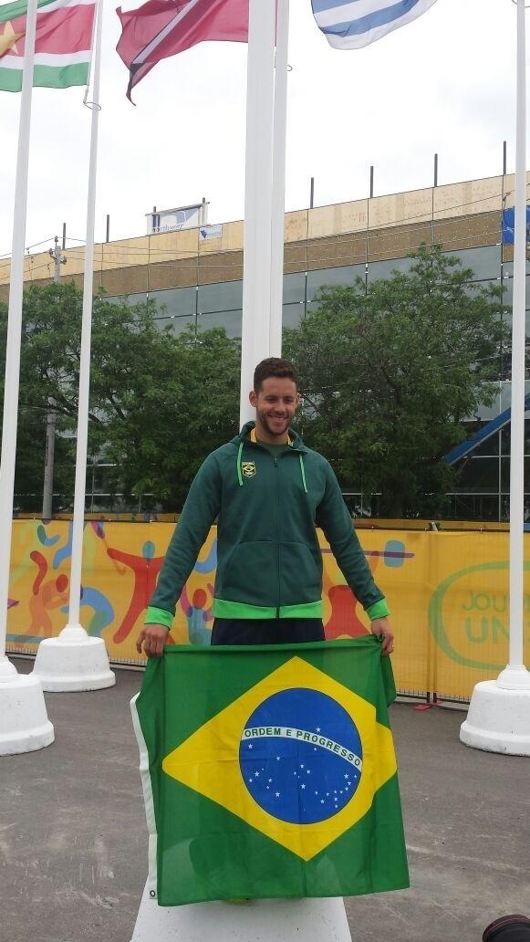 Escolhido para ser o porta-bandeira do Brasil na cerimônia de abertura do Pan, na sexta-feira, o nadador Thiago Pereira recebeu simbolicamente a flâmula nesta quinta, na Vila Pan-Americana de Toronto