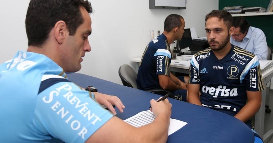 Meia Régis e zagueiro Roger Carvalho fazem exames médicos no Palmeiras