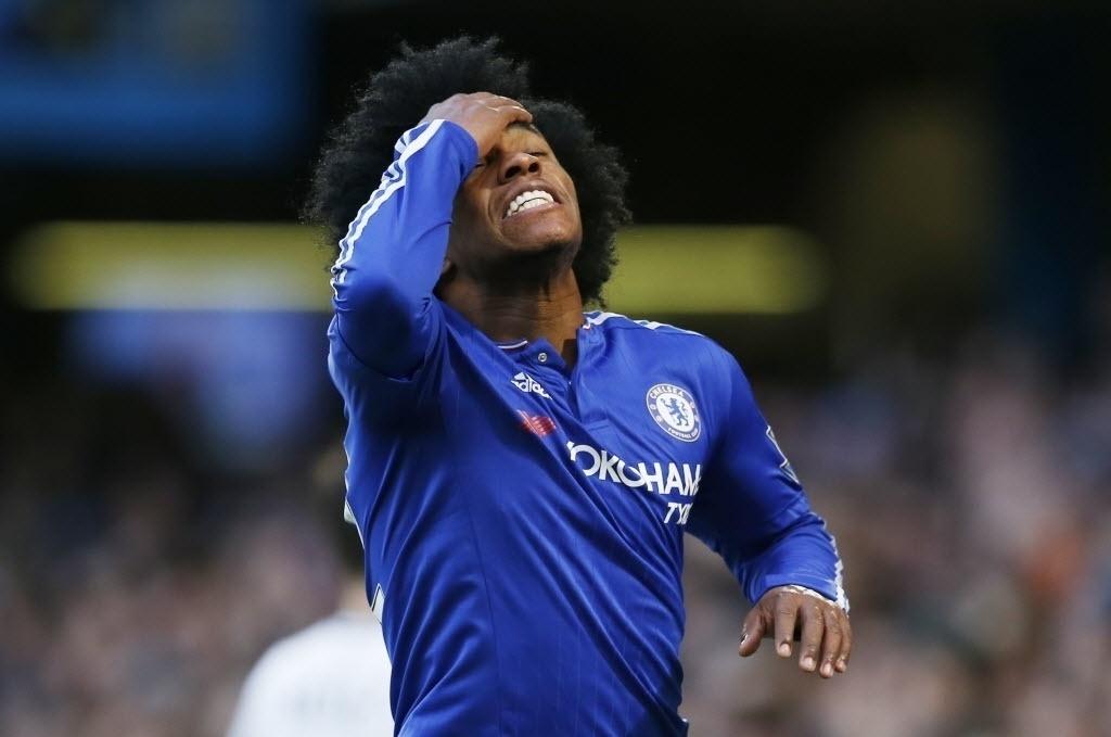 Willian lamenta chance desperdiçada após defesa de Howard, do Everton