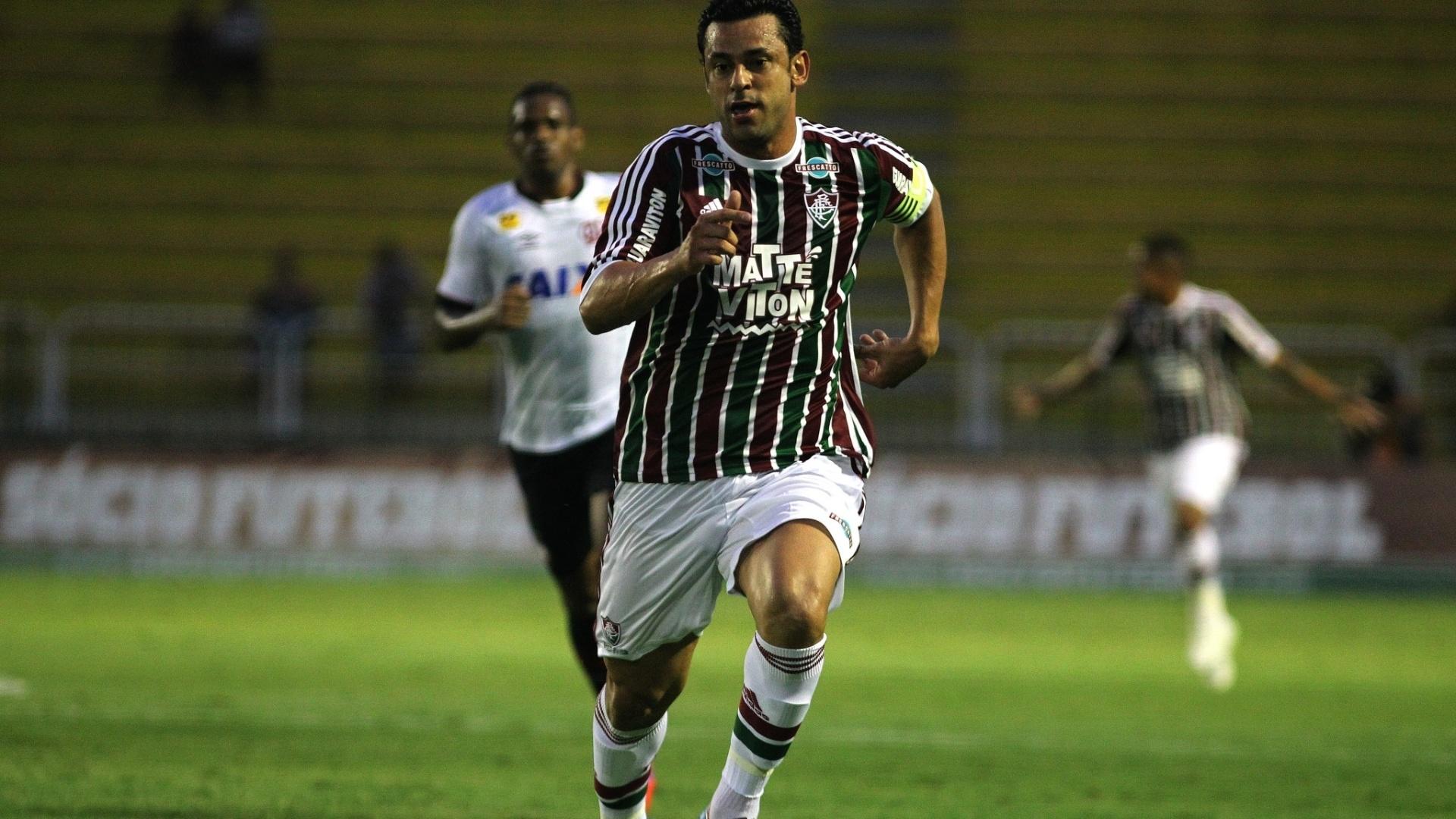 Fred corre para tentar a jogada para o Fluminense contra o Atlético-PR em jogo válido pela Primeira Liga