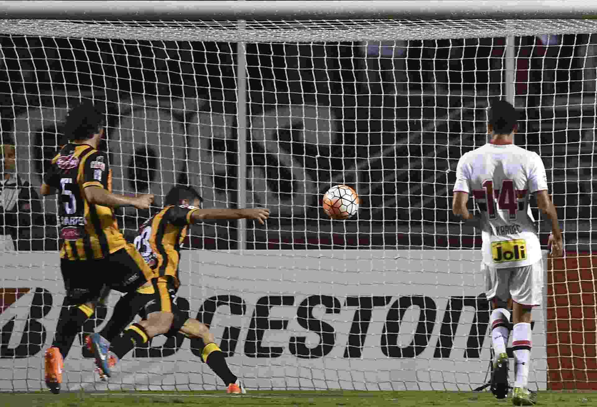 Matias Alonso marca para o The Strongest contra o São Paulo na Libertadores - AFP PHOTO / Nelson ALMEIDA