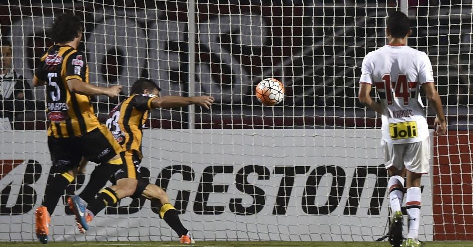 Matias Alonso marca para o The Strongest contra o São Paulo na Libertadores