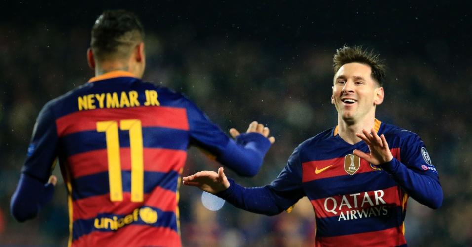 Neymar e Lionel Messi comemoram após o brasileiro abrir o placar para o Barcelona contra o Arsenal pela Liga dos Campeões