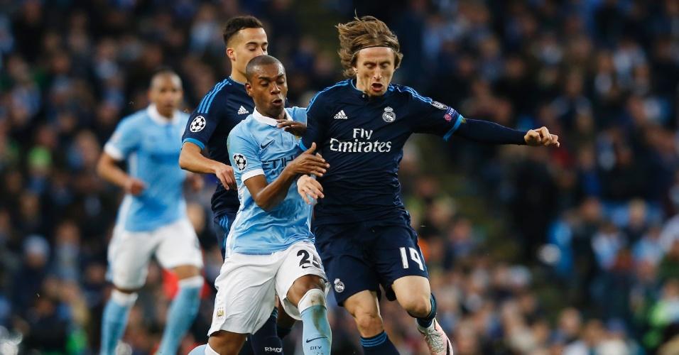 Luka Modric tenta escapar da marcação de Fernandinho na partida entre Manchester City e Real Madrid pela Liga dos Campeões