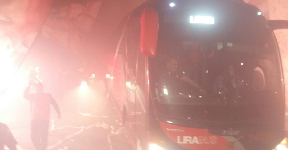 Ônibus do São Paulo chega ao Morumbi em meio a festa da torcida