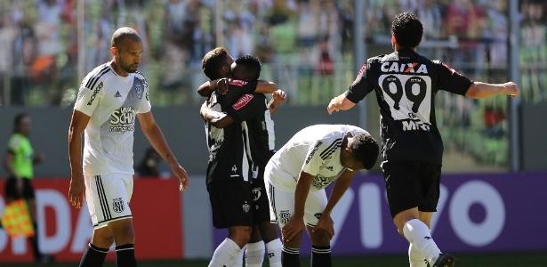 Jogadores do Atlético comemoram na vitória por 3 a 0 sobre a Ponte, em jogo disputado às 11h