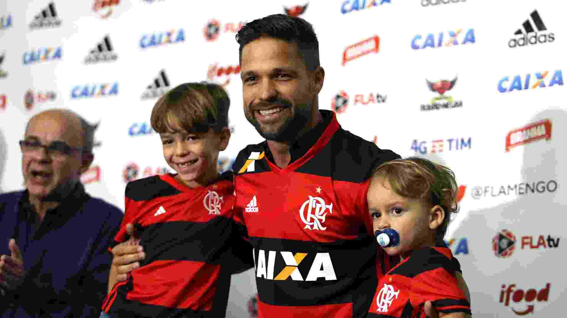 Diego posou para fotos com a camisa 35 ao lado dos filhos - Júlio César Guimarães/ UOL