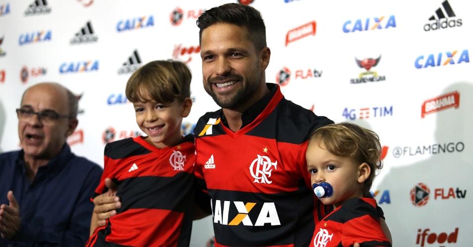 Diego posou para fotos com a camisa 35 ao lado dos filhos