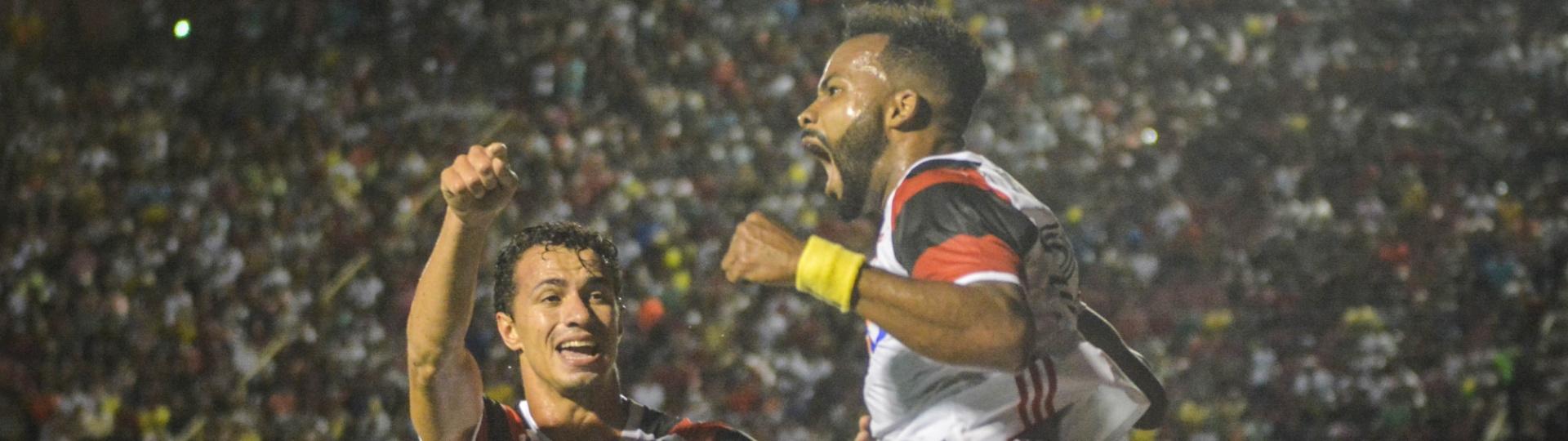 Fernandinho e Damião comemoram gol do Flamengo contra o Vitória