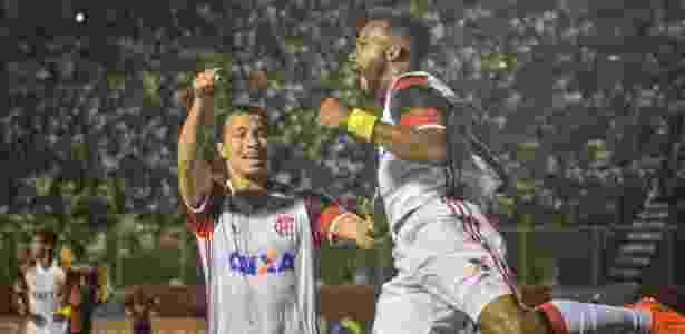 Fernandinho e Damião comemoram gol do Flamengo contra o Vitória - Jéssica Santana/Framephoto - Jéssica Santana/Framephoto