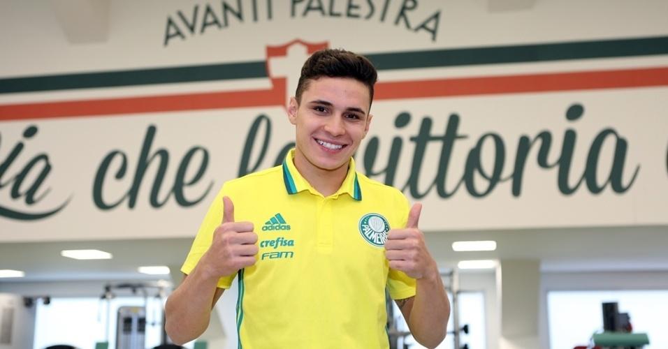 Raphael Veiga, 21 anos, posa com a camisa do Palmeiras