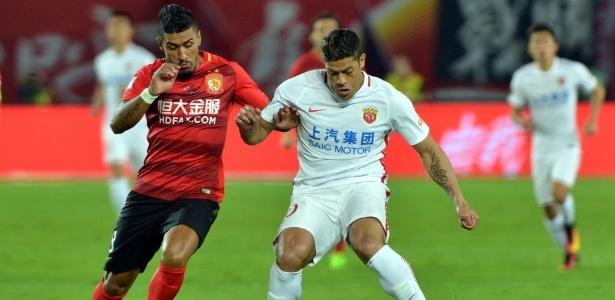 Os brasileiros Hulk e Paulinho disputam bola na partida entre o Evergrande e o Shanghai neste sábado (1), pela superliga chinesa