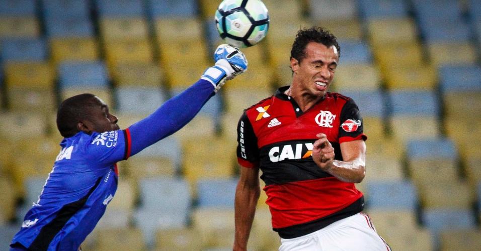 Klever (Atlético-GO) e Leandro Damião (Flamengo) dividem cruzamento em partida Flamengo x Atlético-GO pela Copa do Brasil 2017