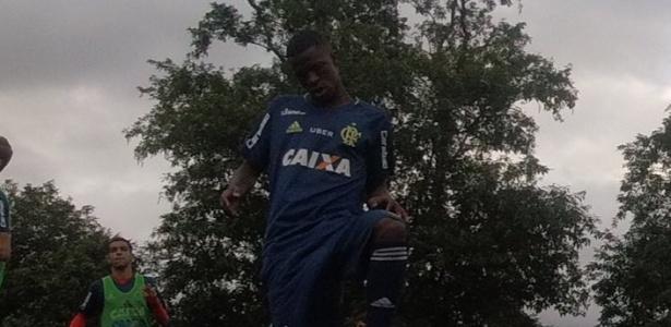 Vinicius Júnior em ação no primeiro treino com elenco profissional do Flamengo