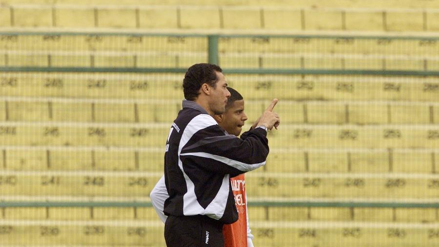 Vanderlei Luxemburgo conversa com Marcelinho Carioca durante treino do Corinthians em 1998 - Giandalia, Paulo/TBA