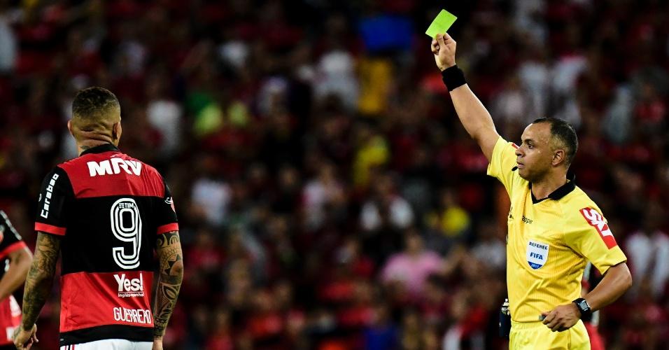 Guerrero do Flamengo recebendo cartão amarelo do arbitro Wilton Pereira Sampaio pela Copa do Brasil