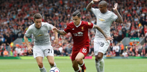 Coutinho (centro), do Liverpool, tenta uma jogada contra o Manchester United - Carl Recine/Reuters