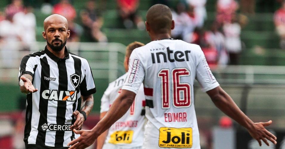 Bruno Santos, do Botafogo, discute com o lateral Edimar, do São Paulo