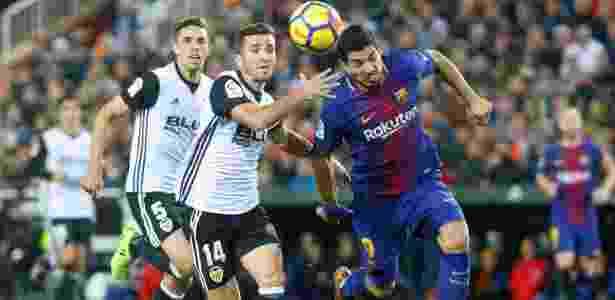 Gayá, do Valencia, disputa bola com Suárez, do Barcelona - Heino Kalis/Reuters - Heino Kalis/Reuters