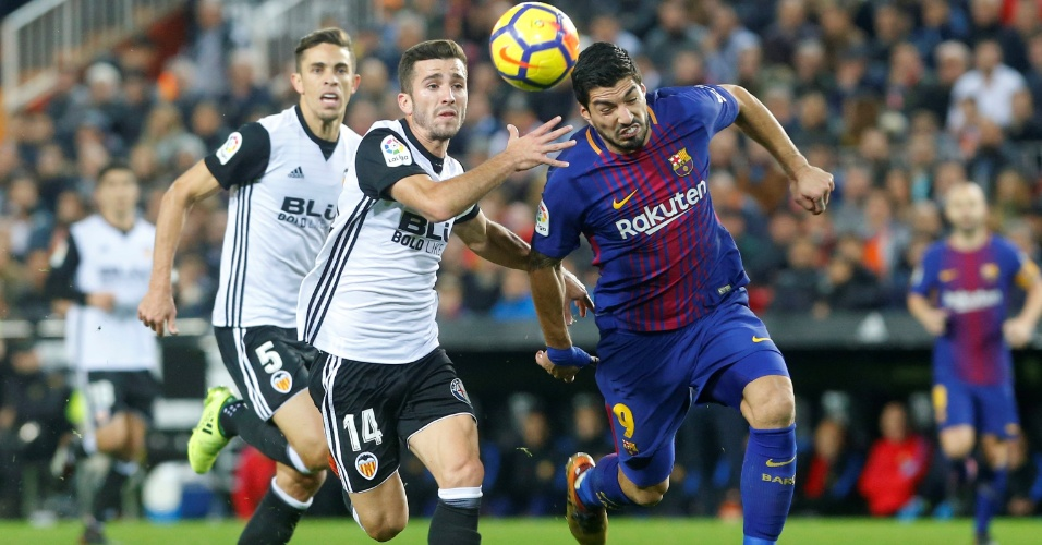 Gayá, do Valencia, disputa bola com Suárez, do Barcelona