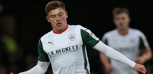 Harvey Barnes em ação pelo Barnsley durante jogo contra o Brentford