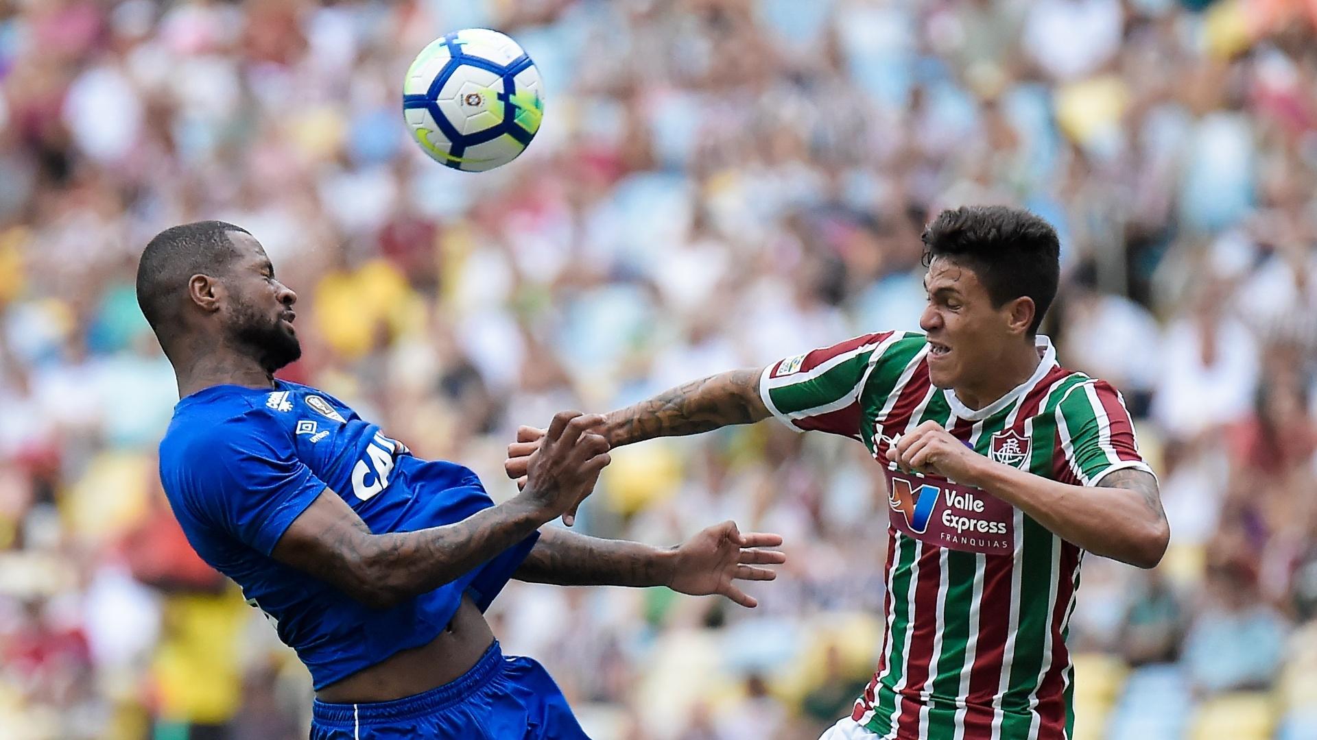 Dedé e Pedro disputam a bola pelo alto no jogo entre Fluminense e Cruzeiro