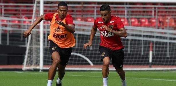 Bruno Alves em disputa com Everton durante treino do São Paulo