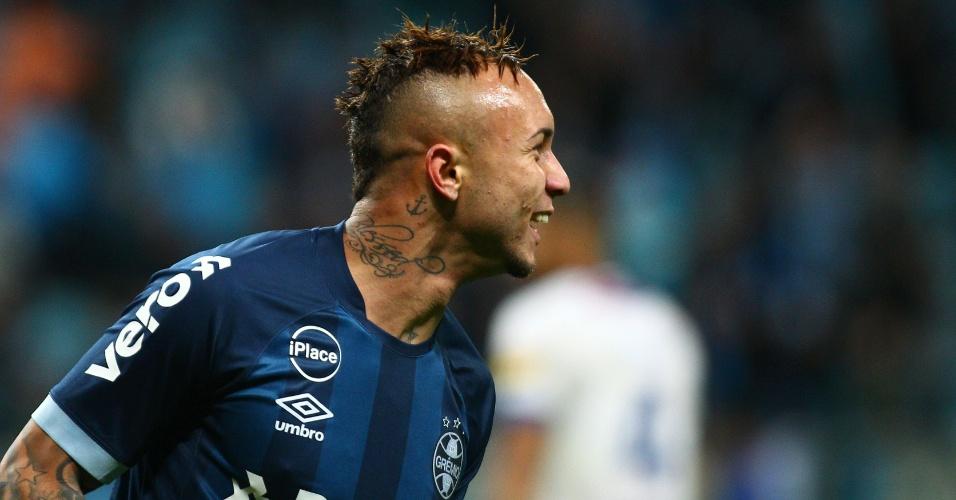 Everton comemora gol do Grêmio contra o Cruzeiro