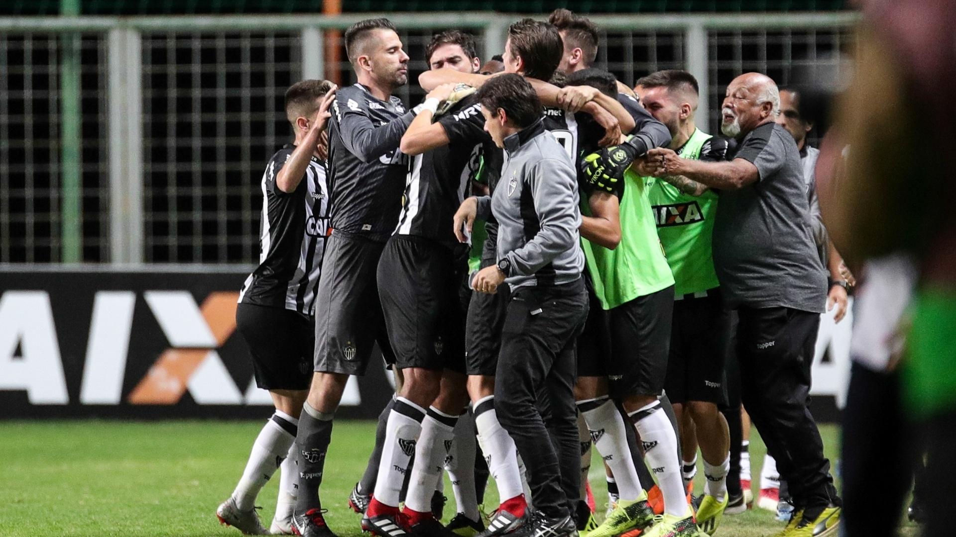 Jogadores do Atlético-MG comemoram gol marcado contra o Atlético-PR