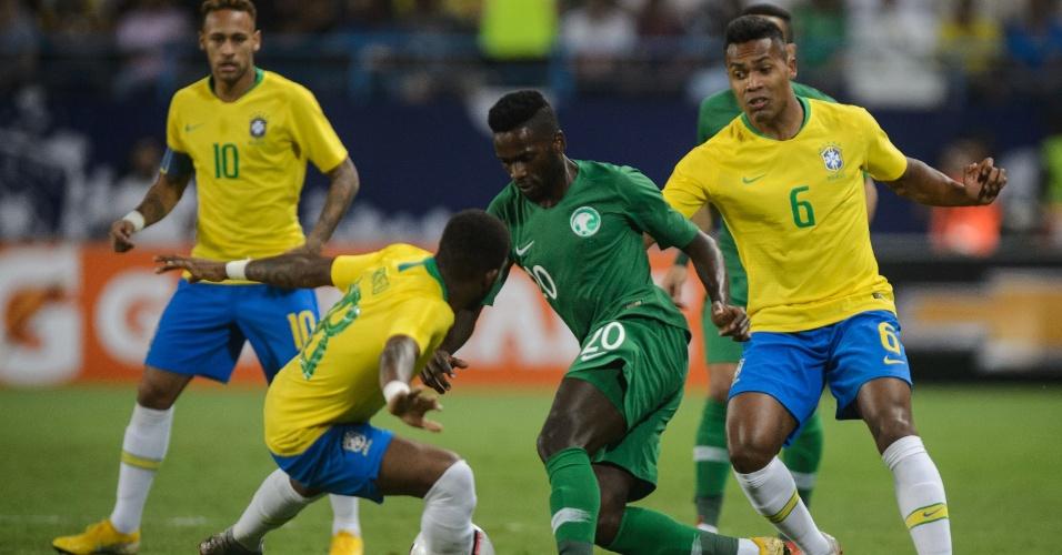 Alex Sandro e Fred apertam marcação em saudita durante amistoso da seleção