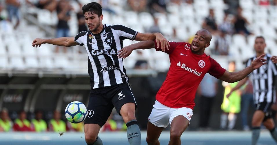 Igor Rabello protege a bola da marcação de Patrick durante partida entre Botafogo e Internacional