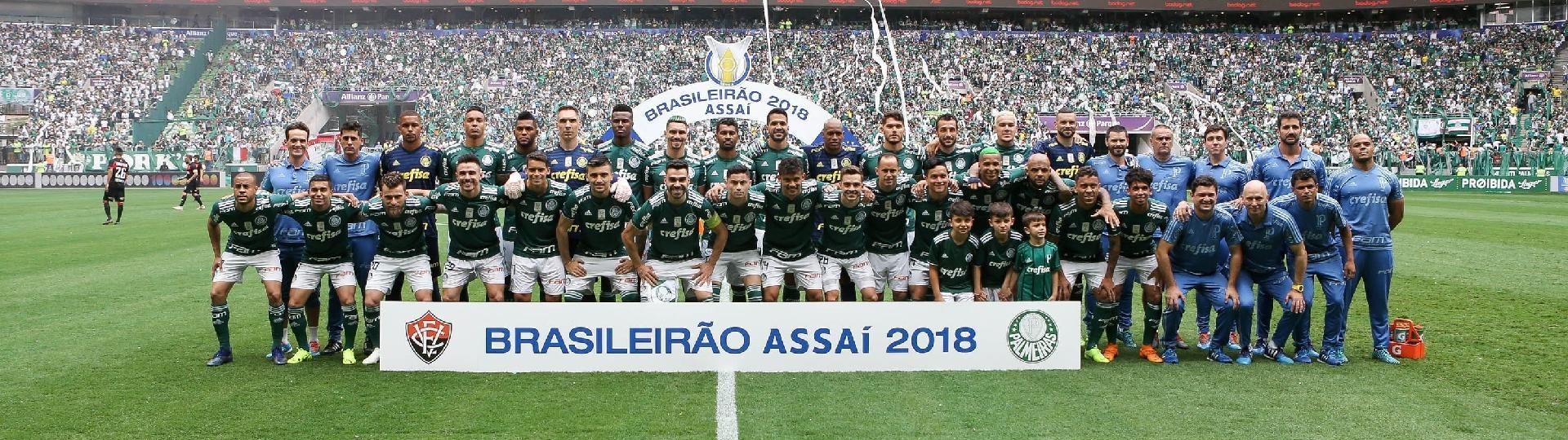 Campeão brasileiro de 2018, Palmeiras posa para foto antes de jogo contra o Vitória pela 38ª rodada