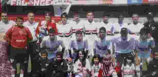 Patrick Cruz ao lado (dir.) de Rodrigo Caio em foto de time da base do São Paulo - Divulgação - Divulgação