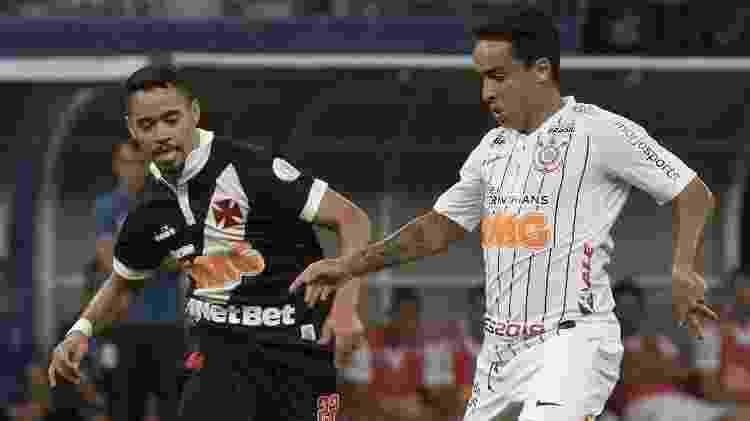 Jadson carrega a bola e tenta fugir da marcação de Yago Pikachu durante Vasco x Corinthians - Daniel Augusto Jr/Ag. Corinthians  - Daniel Augusto Jr/Ag. Corinthians