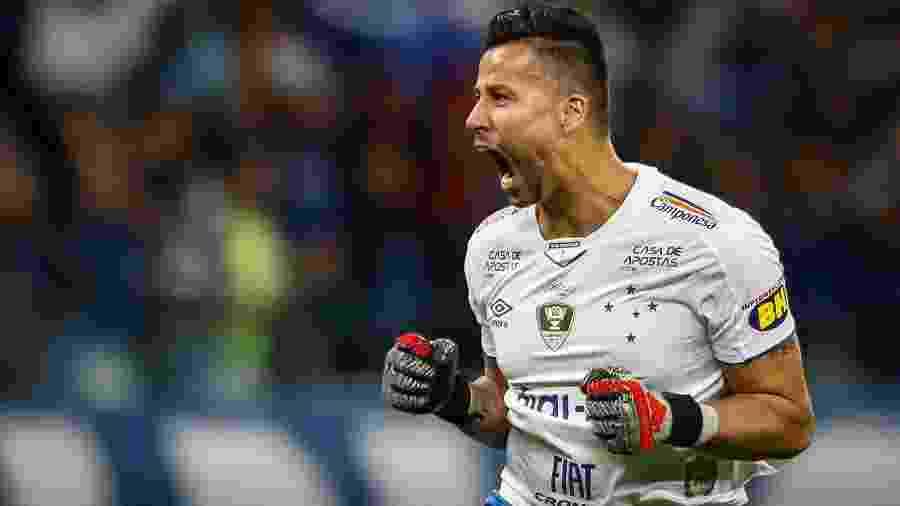 Goleiro Fábio comemora gol do Cruzeiro em partida contra o Atletico-MG pela Copa do Brasil - Thomas Santos/AGIF