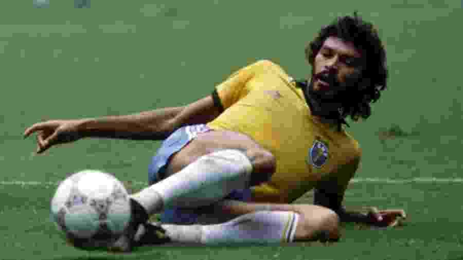 21.jun.1986 - Sócrates disputa bola contra a França na Copa do Mundo do México em 1986 - Bongarts/Getty Images