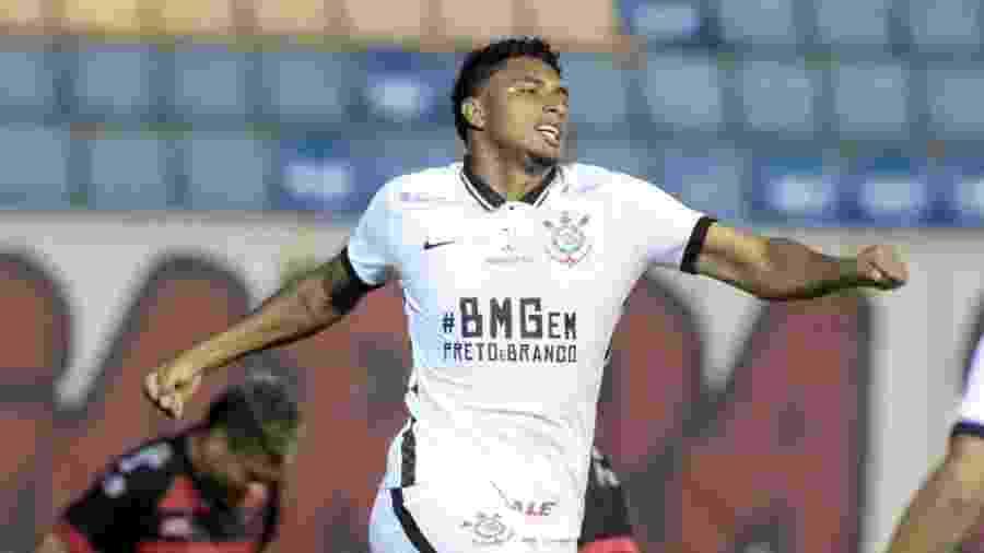 Éderson comemora gol do Corinthians contra o Oeste: volante ganhou vaga no time - Rodrigo Coca