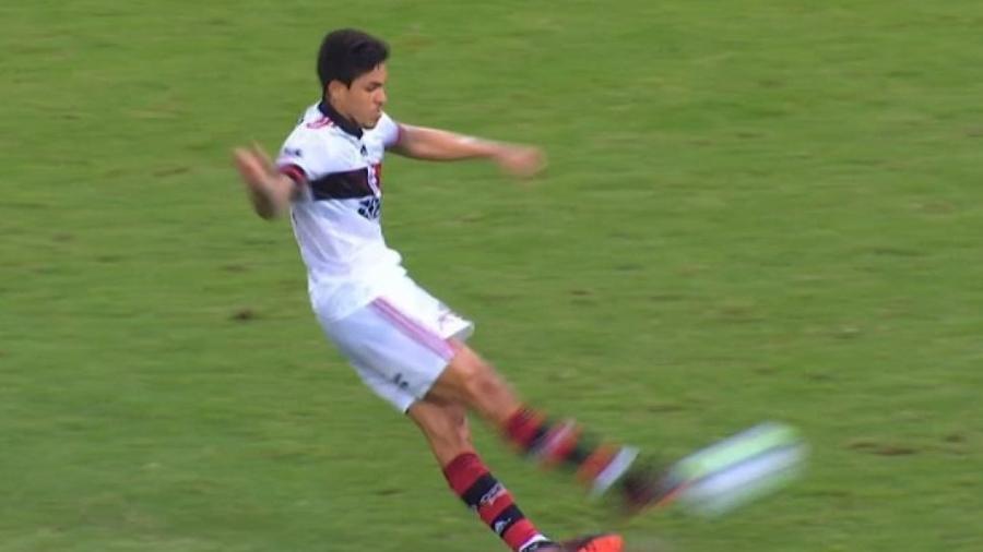 Pedro, do Flamengo, escorrega ao bater pênalti diante do Fortaleza pelo Campeonato Brasileiro - Reprodução/Premiere