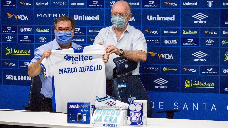 Marco Aurélio Cunha recebe a camisa do Avaí das mãos do presidente Francisco José Battistotti - André Palma Ribeiro / Avaí FC