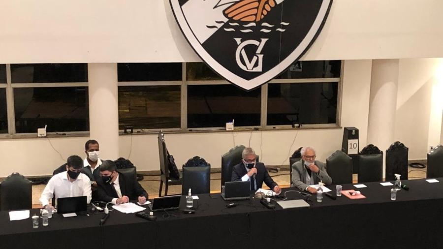 Campello comanda a sessão solene de posse de Salgado, novo presidente do Vasco, ao lado de Faues Cherene Jassus, o Mussa - Bruno Braz / UOL Esporte