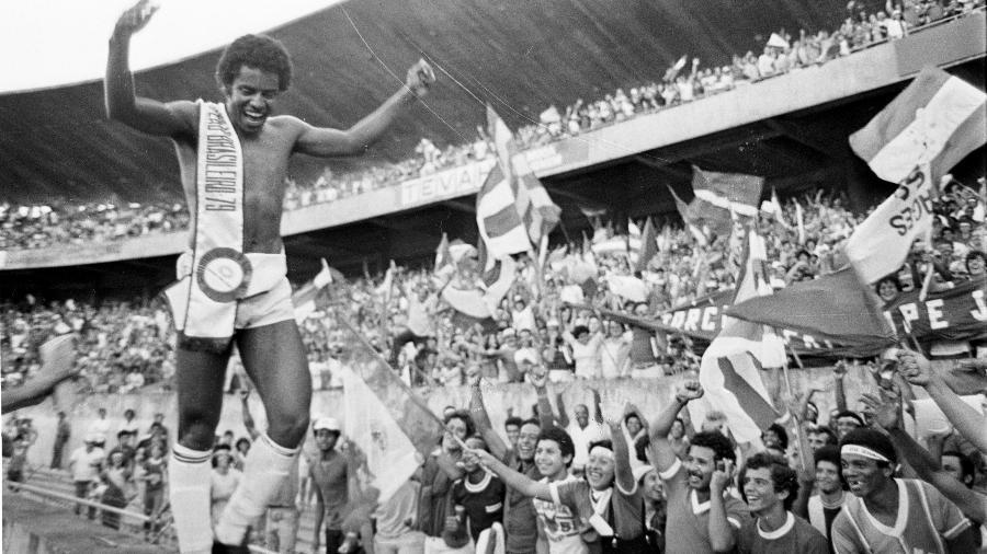 O atacante do Internacional, Jair, comemora junto aos torcedores colorados a conquista do Campeonato Brasileiro de 1979 - Arquivo/AE