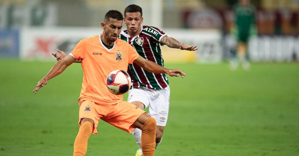 Calegari, do Fluminense, disputando bola com Anderson Kunzel
