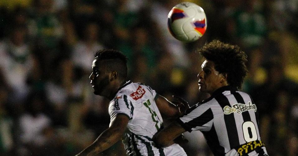 Willian Arao disputa bola na partida do Botafogo contra o Luverdense, na Série B