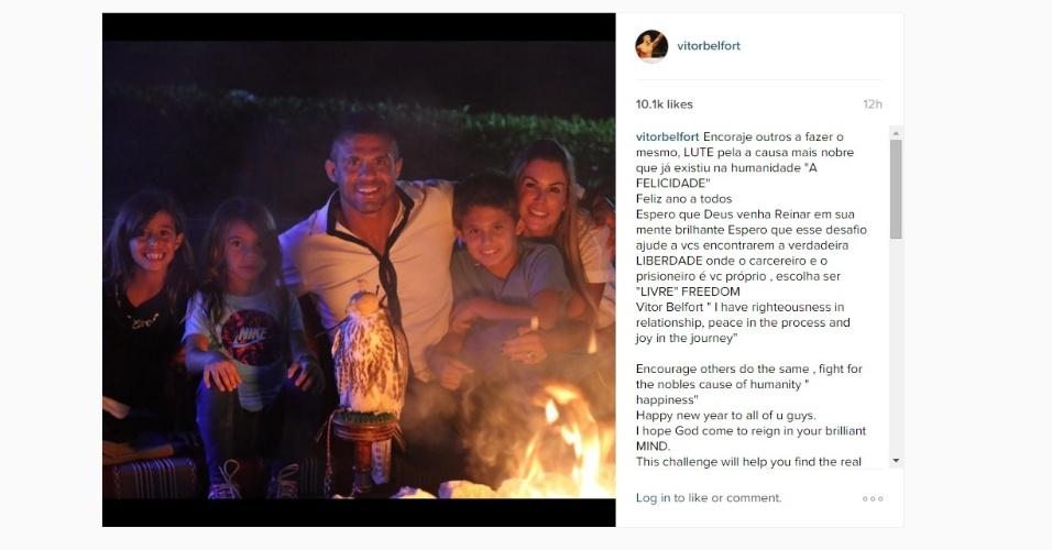 Vítor Belfort posou com a família e divulgou uma mensagem aos fãs