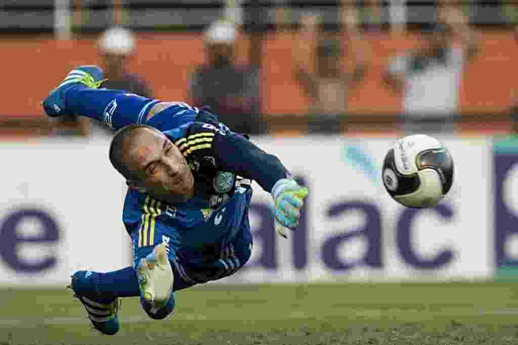 03.abril.2016 - Fernando Prass defende pênalti batido por Lucca no clássico entre Palmeiras e Corinthians no Pacaembu - Eduardo Knapp/Folhapress