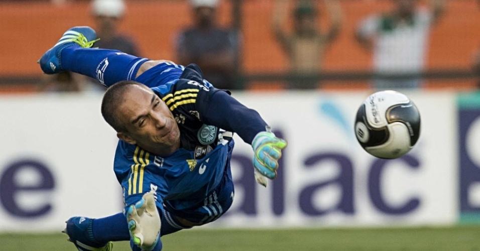 03.abril.2016 - Fernando Prass defende pênalti batido por Lucca no clássico entre Palmeiras e Corinthians no Pacaembu