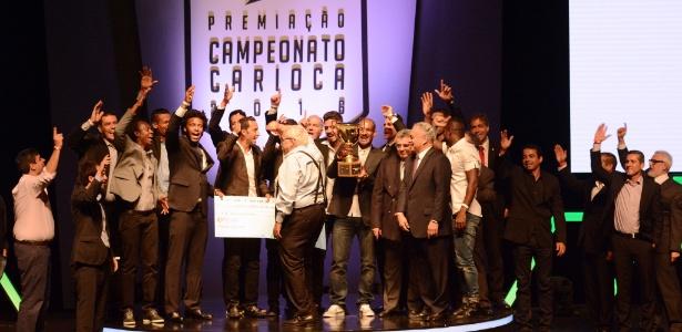 """Eurico e jogadores do Vasco gritam o """"casaca"""" na premiação do Campeonato Carioca"""
