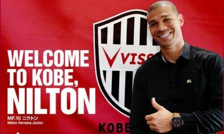 Nilton posa para foto após assinar com Vissel Kobe e deixar o Inter